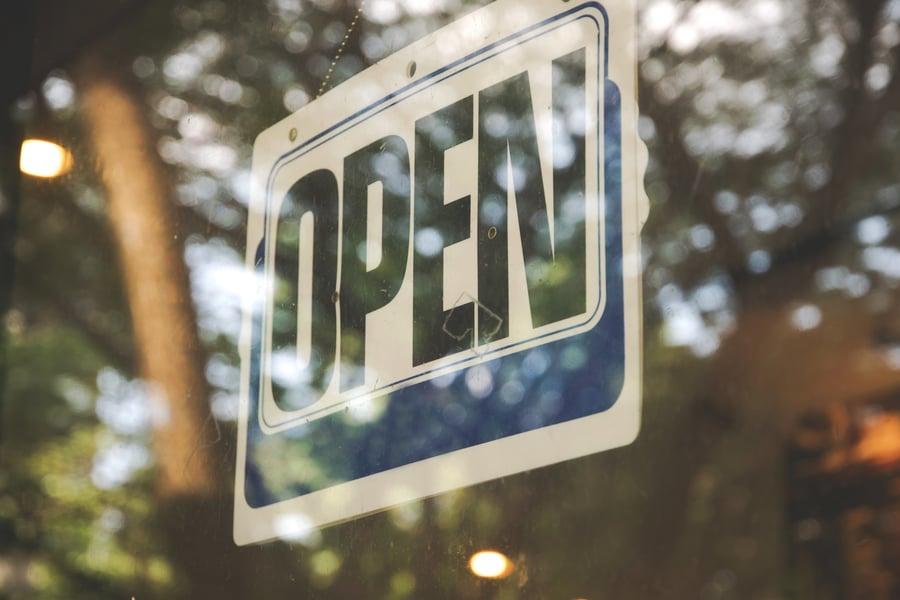 a-label-open-on-window-in-shop_t20_2JdAPE-1