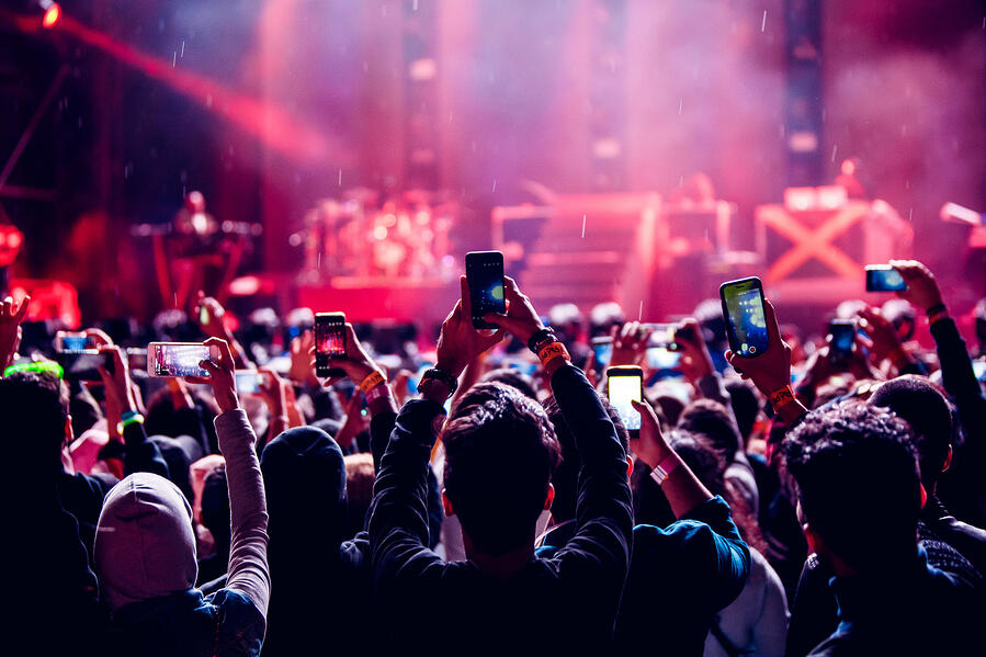 crowd-phones-concert_t20_GGO0Yw