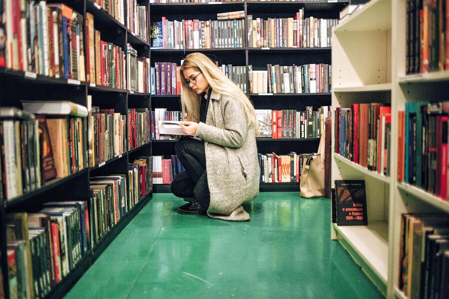 girl-in-a-library_t20_b8jOvP