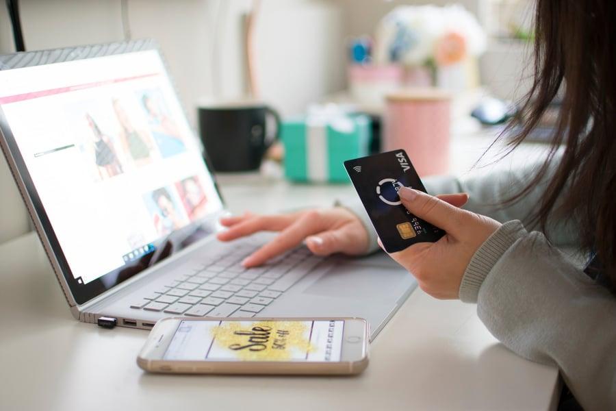 girl-shopping-online-on-laptop_t20_wQKARV-1