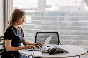 lifestyle-portrait-of-businesswoman-working-at-her-laptop-in-the-office-sitting-at-desk-in-meeting_t20_dxJJKj