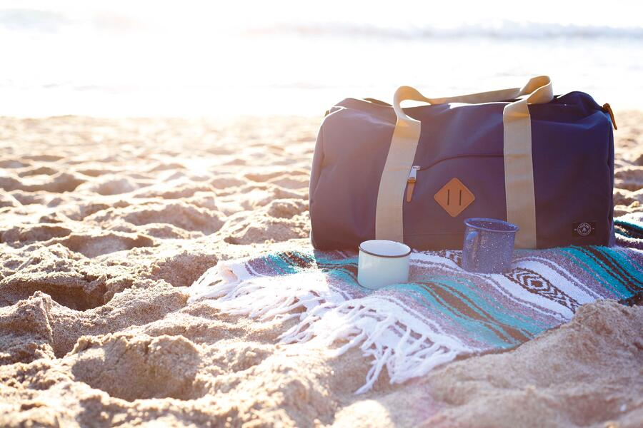 packed-duffel-bag-on-the-beach_t20_EO10EX
