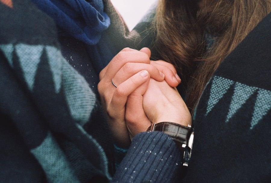 holding-hands-addiction