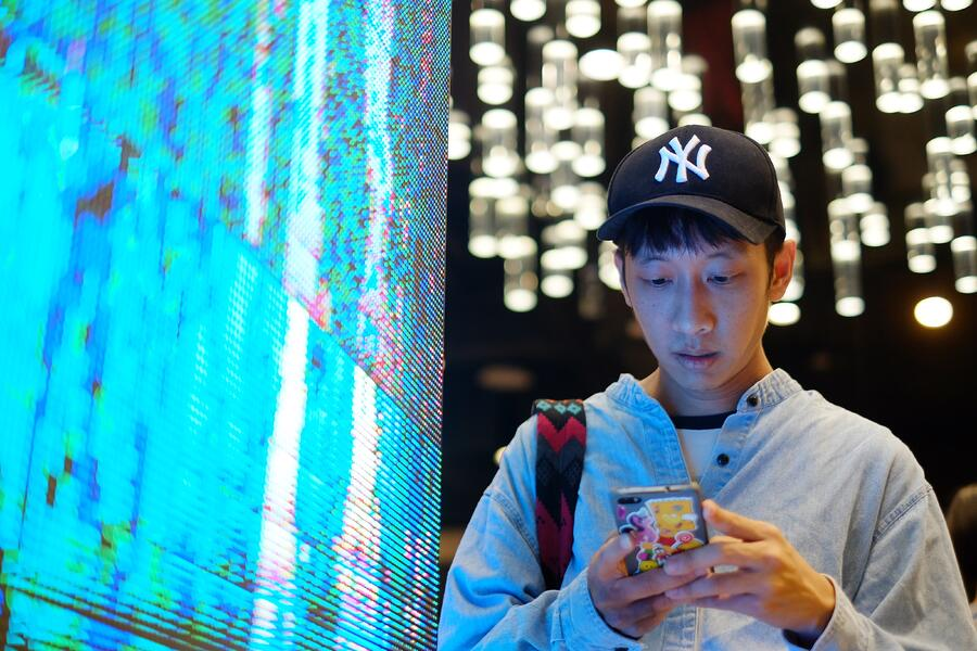 young-man-using-smartphone-at-the-neon-led-light-screen_t20_JYvKz4